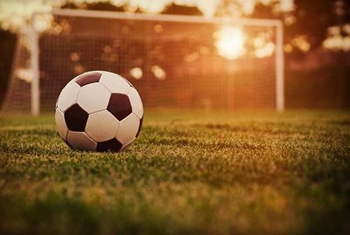 futbolo-aikstele-prie-vandens